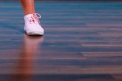 Żeńscy cieki jest ubranym butów sneakers Obrazy Stock