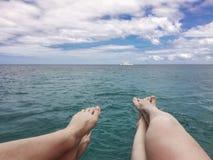 Żeńscy cieki na morza i niebieskiego nieba tle Obrazy Royalty Free