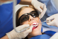 Żeńscy dentyści taktuje cierpliwych dziewczyna zęby Zdjęcie Stock