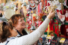 Żeńscy emeryci kupuje Mas dekoracje Obraz Royalty Free