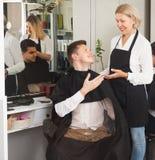 Żeńscy fryzjery męscy cią mężczyzna w zakładzie fryzjerskim Zdjęcia Royalty Free