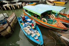 Żeńscy handlowowie sprzedaje ryba i owoce morza od riverboat wioska rybacka fotografia royalty free
