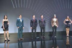 Żeńscy i Męscy moda modele w budka Infiniti Zdjęcie Stock