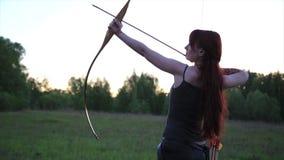 Żeńscy imbirowi włosiani łuczniczki strzelaniny cele z jej strzała z jaźnią i łękiem zrobili mehendi hennie tatuować na ręce zbiory wideo