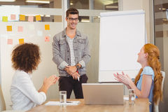 Żeńscy koledzy docenia biznesmena w spotkaniu obrazy stock