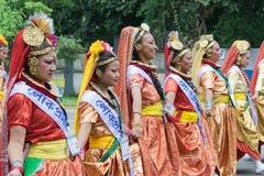 Żeńscy ludowi tancerze w kolorowym uzupełniali Zdjęcia Stock