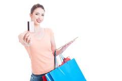 Żeńscy mień torba na zakupy pokazuje kredyt lub kartę debetową Fotografia Stock