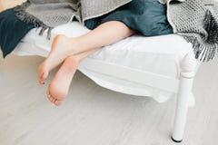 Żeńscy nadzy cieki z łóżka zdjęcia royalty free