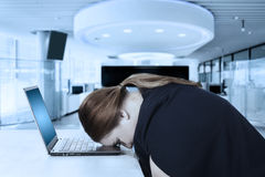 Żeńscy przedsiębiorców spojrzenia męczący w biurze Obraz Stock