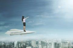 Żeńscy przedsiębiorców stojaki na papieru samolocie Fotografia Stock