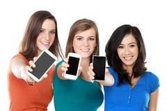 Żeńscy przyjaciele pokazuje ich telefony komórkowych zdjęcia stock