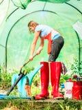 Żeńscy rolnika i ogrodnictwa narzędzia w ogródzie Fotografia Royalty Free