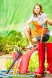 Żeńscy rolnika i ogrodnictwa narzędzia w ogródzie Obraz Stock