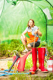 Żeńscy rolnika i ogrodnictwa narzędzia w ogródzie Fotografia Stock