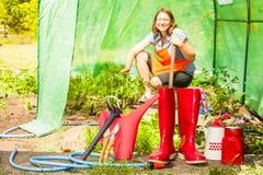 Żeńscy rolnika i ogrodnictwa narzędzia w ogródzie Obrazy Royalty Free