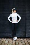 Żeńska atleta odpoczywa po jogging w mieście fotografia stock