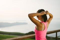 Żeńska atleta przygotowywająca dla trenować Zdjęcia Stock