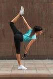 Żeńska atleta rozgrzewkowa rozciągać ona outdoors up nogi Sporty młoda kobieta robi joga stoi rozszczepionego ćwiczenie na fotografia stock