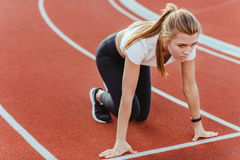 Żeńska biegacz pozycja w początek pozyci Obrazy Stock