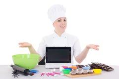 Żeńska cukierniczka w kucharza munduru obsiadaniu przy kuchnią z Obraz Stock