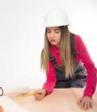 Żeńska cywilnego inżyniera pozycja obok stołu Fotografia Stock