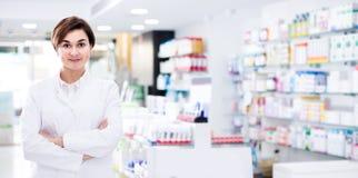 Żeńska farmaceuta demonstruje asortyment apteka Zdjęcia Royalty Free