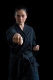Żeńska karate gracza spełniania karate postawa zdjęcia stock