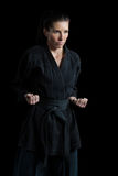 Żeńska karate gracza spełniania karate postawa fotografia royalty free