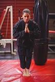 Żeńska karate gracza spełniania karate postawa fotografia stock