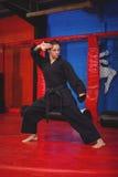 Żeńska karate gracza spełniania karate postawa obraz stock