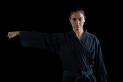 Żeńska karate gracza spełniania karate postawa obraz royalty free