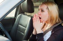 Żeńska kierowca panika w samochodzie obraz stock