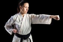 Żeńska myśliwska spełnianie karate postawa zdjęcie royalty free