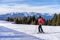 Żeńska narciarka Zdjęcia Stock