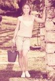 Żeńska ogrodniczka z pracującymi narzędziami outdoors Obrazy Royalty Free
