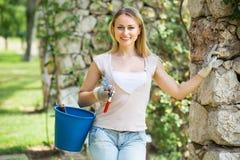 Żeńska ogrodniczka z pracującymi narzędziami outdoors Fotografia Royalty Free