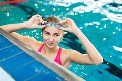 Żeńska pływaczka w salowym pływackim basenie zdjęcia royalty free
