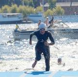 Żeńska pływaczka wspinaczkowa up od wody Zdjęcie Royalty Free