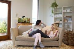 Żeńska para relaksuje w domu obraz stock