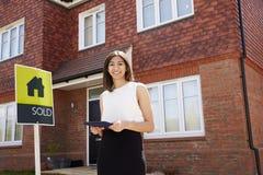 Żeńska pośrednik handlu nieruchomościami pozycja Na zewnątrz Mieszkaniowej własności Obrazy Stock
