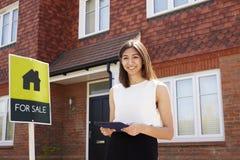 Żeńska pośrednik handlu nieruchomościami pozycja Na zewnątrz Mieszkaniowej własności Zdjęcia Stock