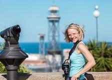 Żeńska podróżnik pozycja z kamerą przeciw tłu port Barcelona Zdjęcia Stock