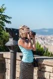 Żeńska podróżnik pozycja z kamerą przeciw tłu port Barcelona Obraz Royalty Free
