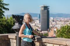 Żeńska podróżnik pozycja z kamerą przeciw tłu port Barcelona Fotografia Royalty Free