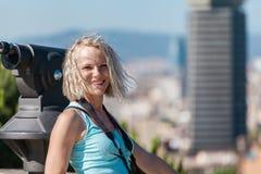 Żeńska podróżnik pozycja z kamerą przeciw tłu port Barcelona Zdjęcia Royalty Free