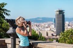 Żeńska podróżnik pozycja z kamerą przeciw tłu port Barcelona Obrazy Royalty Free