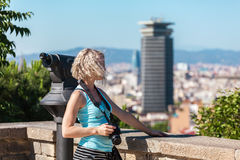 Żeńska podróżnik pozycja z kamerą przeciw tłu port Barcelona Obraz Stock