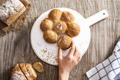 Żeńska ręka łama świeżo piec chleb Fotografia Royalty Free