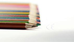 Żeńska ręka bierze barwionego ołówek i rysunek na białym papierze Zdjęcie Stock