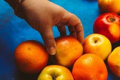 Żeńska ręka bierze jabłka Zdjęcia Royalty Free